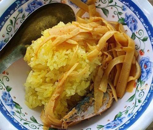 Kế đến là xôi. Người ta phải chọn loại gạo nếp ngon, ngâm trong nước muối loãng pha nghệ để tạo màu vàng. Cứ ngâm thế độ 8 tiếng thì mang ra đồ chín. Thế mới có được những hạt xôi vàng ươm tinh tươm và đẹp mắt.