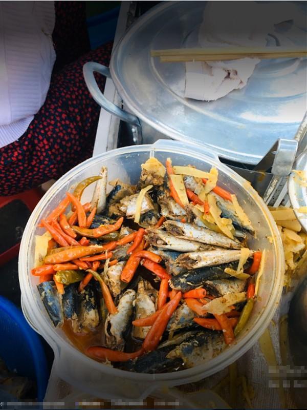 Ngoài việc dùng xôi với măng, người dân Kon Tum còn ăn kèm với ớt và cá kho.