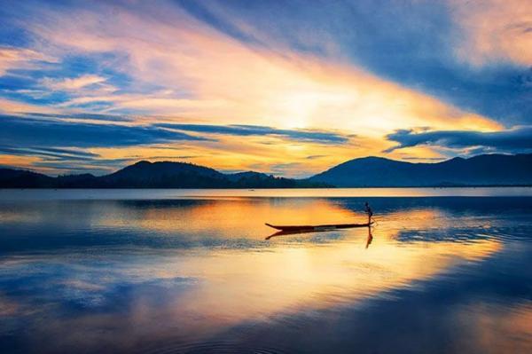Lúc hoàng hôn, Hồ Lắk như một viên ngọc tím huyền ảo. (Nguồn: mytour.vn)