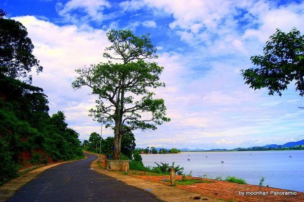 Con đường dẫn tới Hồ Lắk, một bên là núi, một bên là hồ, thật là trữ tình nên thơ. (Nguồn: mocnhan panoramio)