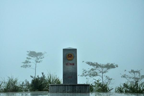 Cột mốc 3 nước Đông Dương. Mặt tam giác hướng về Việt Nam có quốc huy cờ đỏ sao vàng. (Nguồn: Thiên An)