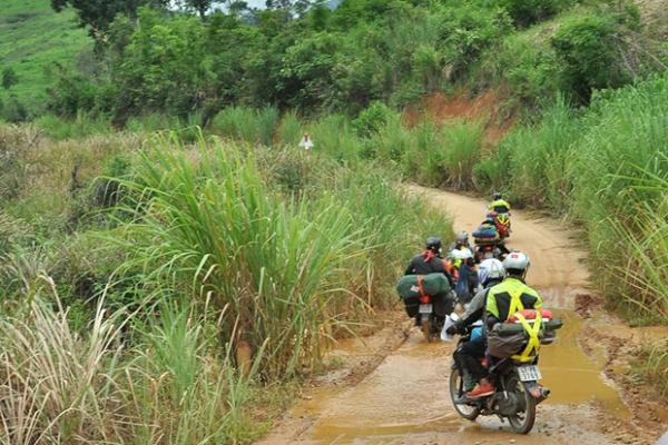 Từ cửa khẩu Bờ Y để lên cột mốc phải di chuyển qua nhiều đoạn đường lầy lội. (Nguồn: Thiên An)