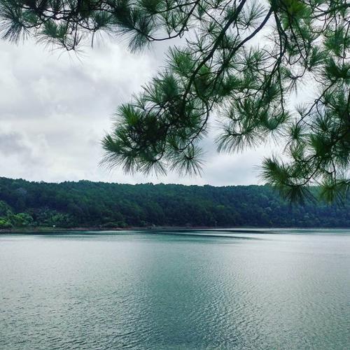 Ta tìm về Biển Hồ trong một ngày thu nắng rơi nhè nhẹ. (Nguồn: Instagram)