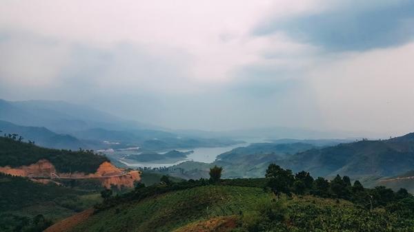 Từ trên cao nhìn xuống, hồ Tà Đùng như một góc của vịnh Hạ Long thu nhỏ. (Nguồn: mytour.vn)