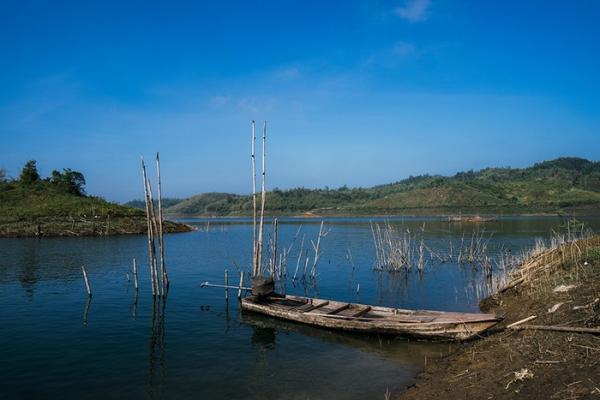 Giữa các dãy núi phủ đầy cây cối, một mặt nước xanh trong hiện lên với những cồn, đồi nhỏ. (Nguồn: mytour.vn)