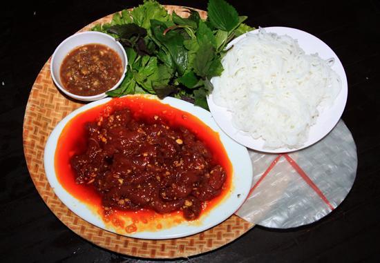 Món ăn được chế biến khá đơn giản với thịt bò tươi, ăn kèm là bánh tráng, bún, rau sống các loại và mắm nêm.