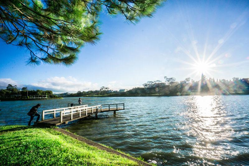 Xuất xứ tên gọi của nó là vì hồ vào mùa Xuân có mùi thơm của cây cỏ xung quanh hồ hòa quyện nên một mùi hương thoang thoảng nên gọi là hồ Xuân Hương. Ảnh: Khachsandalat.