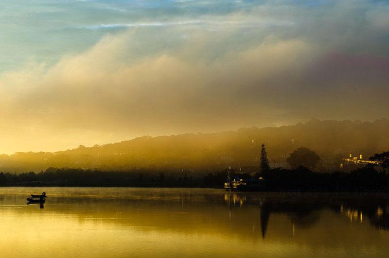 Công trình kiến trúc nổi bật gắn liền với hồ Xuân Hương là Thuỷ Tạ. Thời Pháp thuộc có tên là La Grenouillère (đầm ếch). Không hiểu vì sao lại có tên này, nhưng nhìn qua cấu trúc thì thấy có tháp để nhảy xuống nước như ở hồ bơi. Tên gọi Hán Việt Thuỷ Tạ có khi còn hiểu là Thuỷ tọa, có nghĩa là một kiến trúc nằm trên nước. Ảnh: Nguyen Trung.