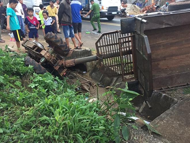 Chiếc công nông bị tông văng vào lề đường rồi lật úp