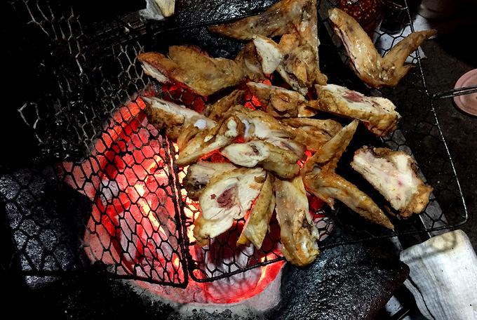 Ngoài chân gà, khách cũng có thể gọi cánh gà nướng. Trong những ngày trời rét hay những đêm mưa dầm, khách có thể vừa gọi món vừa ngồi sưởi ấm xem cảnh nướng gà.