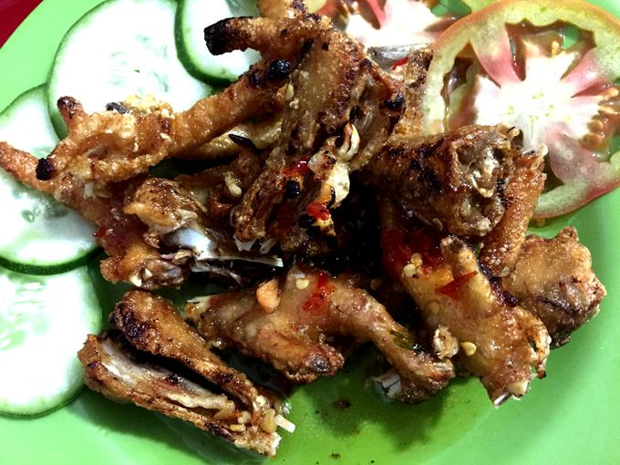 Tại phố núi, chân gà được tẩm khá nhiều gia vị. So với ở Sài Gòn và các tỉnh, chân gà ở Buôn Mê Thuột được ướp đậm đà hơn và cay từ vị ớt nhiều hơn.