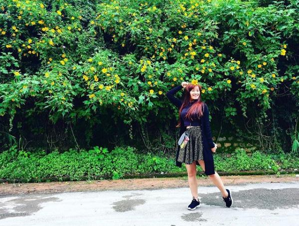 Với hashtag #daquy hay #hoadaquy trên Instagram cộng đồng mạng sẽ được chiêm ngưỡng không thiếu những khoảnh khắc xinh đẹp của các gái đẹp khoe sắc bên hoa dã quỳ. Ảnh: Lee7