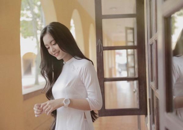 Cư dân mạng nhận xét cô nàng mang một vẻ đẹp lai giữa Chi Pu và Hoàng Thùy Linh - hai bóng hồng siêu xinh trong giới showbiz Việt.