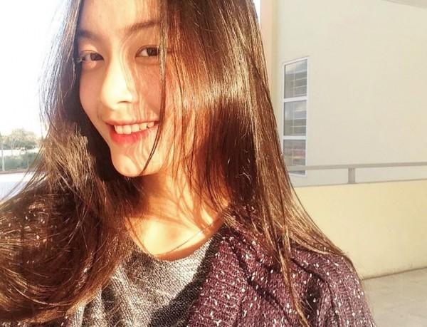 Hay chỉ đơn giản là áo thun khoác cardigan vô cùng giản dị và tranh thủ chụp một tấm ảnh selfie vội dưới ánh nắng, Tố Anh cũng khiến bao người không thể rời mắt vì quá đỗi xinh đẹp.