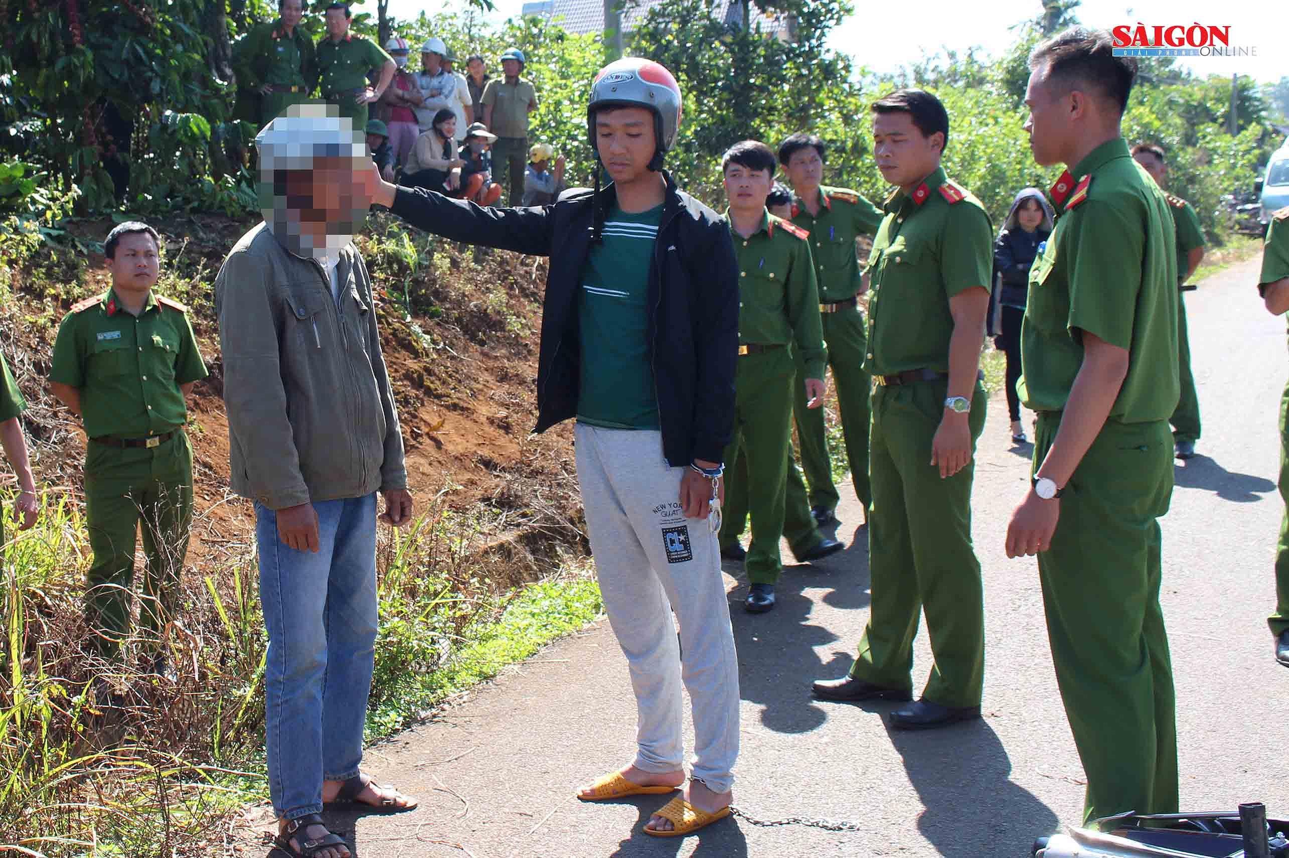 Sau khi đạp đổ xe,Lê Sỹ Quốc Thái Anh tiếp tục đánh, đấm nạn nhân. Ảnh: ĐOÀN KIÊN
