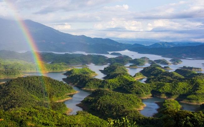 Hồ Tà Đùng xanh mướt giữa đại ngàn Tây Nguyên. (Ảnh Internet)
