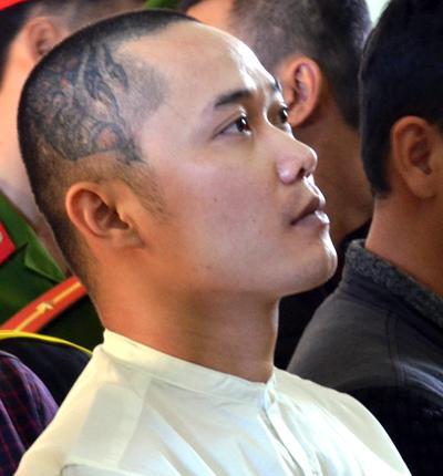 Hùng nghe tòa tuyên án. Ảnh: Phạm Linh.