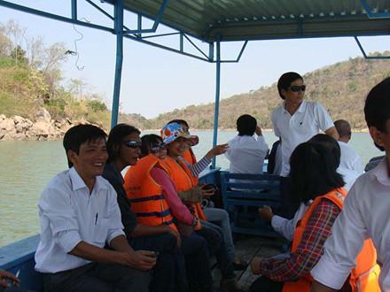 Du khách tham quan hồ Ayun Hạ. Ảnh: L.Đ.Dũng
