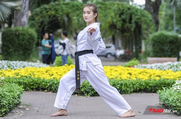Bùi Minh Anh hiện là nữ sinh viên năm 1 của trường Đại học Công Nghệ TP.HCM. Nhìn Minh Anh xinh xắn, nhí nhảnh, tính cách có phần dịu dàng và bánh bèo này, ít ai nghĩ rằng cô là một VĐV Karateko với hàng chục huy chương đã giành được.