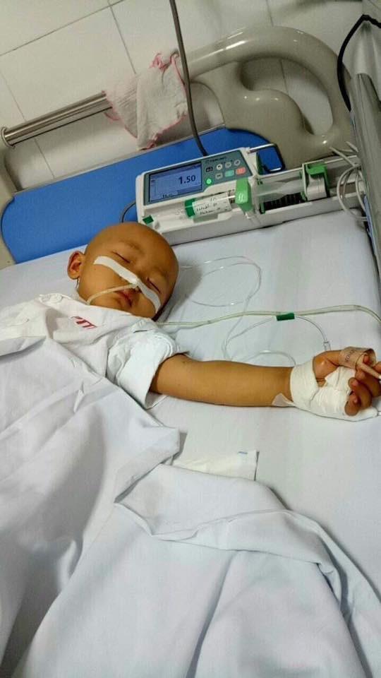 Có những đêm vì khối u chèn ép, đau đớn kèm theo những sốt cao khiến bé không thể ngủ được.