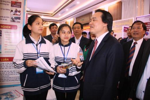 Bộ trưởng Phùng Xuân Nhạ trực tiếp hỏi thăm một số học sinh là tác giả, nhóm tác giả tham dự cuộc thi 488 dự án thi khoa học kỹ thuật dành cho học sinh trung học