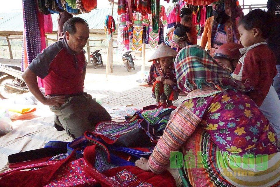 Ở chợ phiên, nhiều nhất vẫn là các mặt hàng váy áo thổ cẩm truyền thống của người Mông