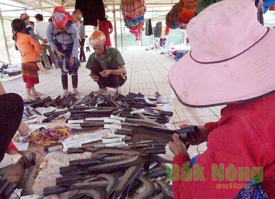 Các loại công cụ sản xuất được bày bán, phục vụ nhu cầu của bà con