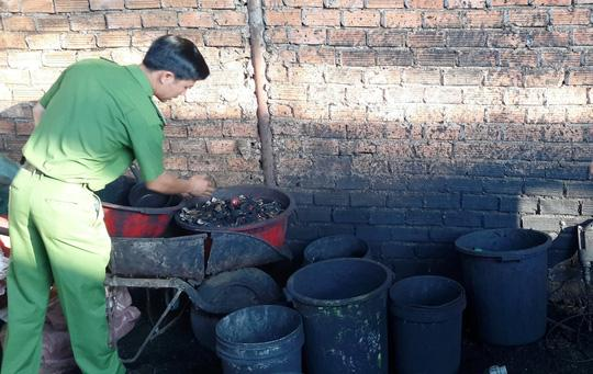 Một lượng lớn chất độc hại từ các cục pin dùng để nhuộm cà phê. Ảnh B.N