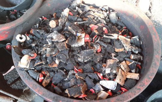 Các cục pin được đập lấy chất bột nhuộm cà phê. Ảnh B.N