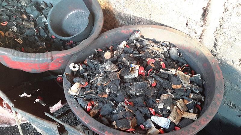 Số lõi pin dùng để nhuộm cà phế được phát hiện tại cơ sở. Ảnh: Báo Thanh Niên