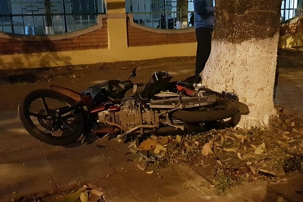 Xe máy bị hất văng lên lề đường hư hỏng nặng
