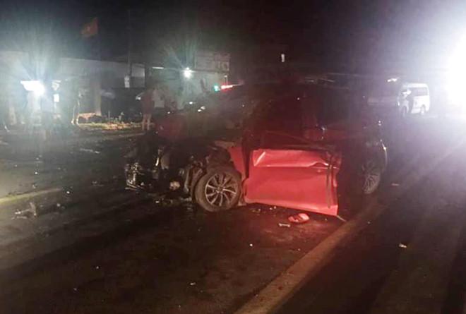 Ôtô con hư hỏng nặng sau vụ tai nạn. Ảnh: Trần Lộc.