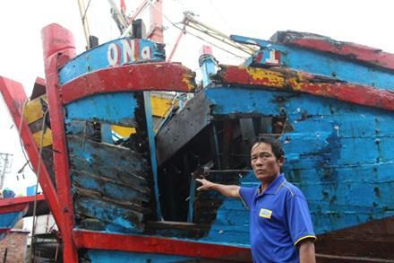 Tàu cá bị đâm nát bét