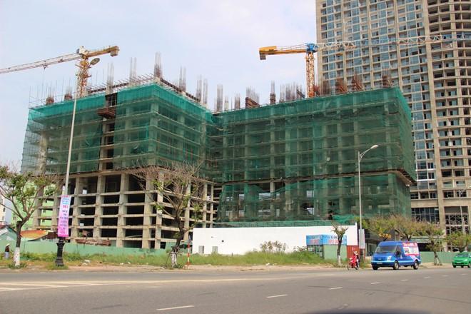 Tổ hợp khách sạn chưa có giấy phép nhưng xây lên đến tầng thứ 10 ở quận Sơn Trà. Ảnh: Đoàn Nguyên.