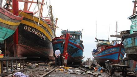 Tàu cá nát bươm vì bị đâm chìm