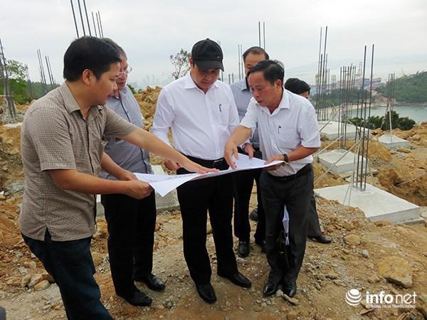 Chủ tịch UBND TP Đà Nẵng Huỳnh Đức Thơ cùng lãnh đạo các sở, ngành hữu quan kiểm tra việc xây dựng tại dự án Khu du lịch sinh thái Biển Tiên Sa (Ảnh: HC)