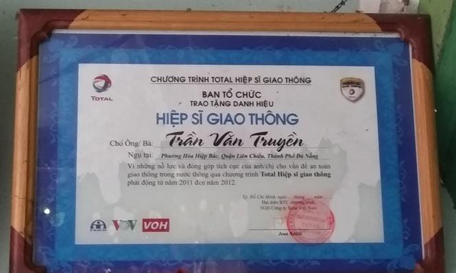 """Tấm bằng khen tặng """"Hiệp sĩ giao thông"""" của Trần Văn Truyền"""