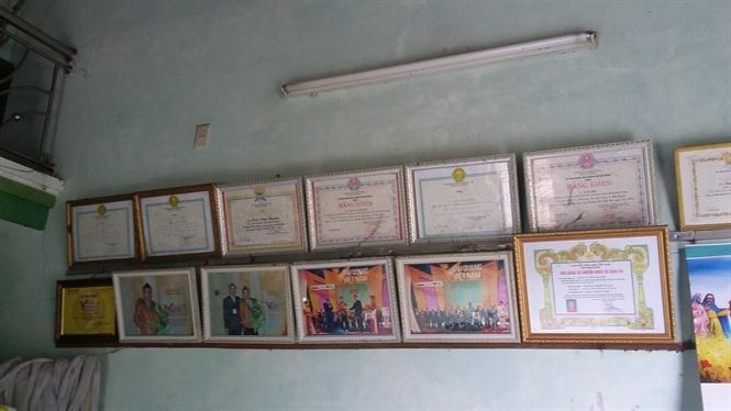 Những tấm bằng khen trên tường nhà Truyền