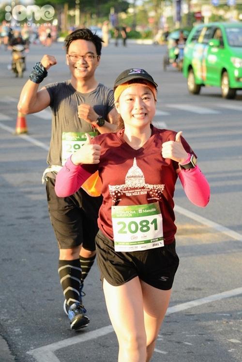 Các cô gái hào hứng nhập cuộc với đường đua.