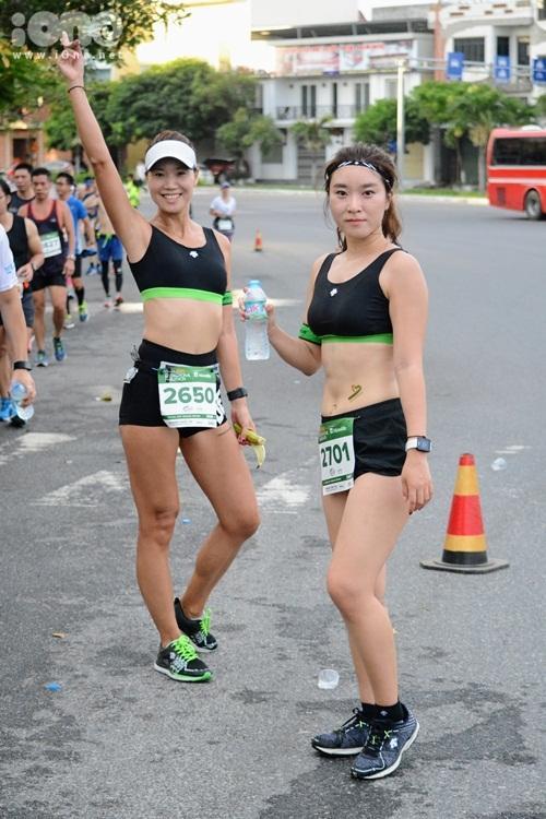 Nhiều thiếu nữ xinh xắn diện trang phục thể thao năng động khi xuống phố.