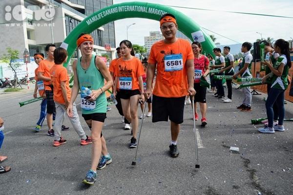 Nhiều VĐV khuyết tật, người cao tuổi, các em thiếu nhi cùng bố mẹ góp mặt tại đường chạy.