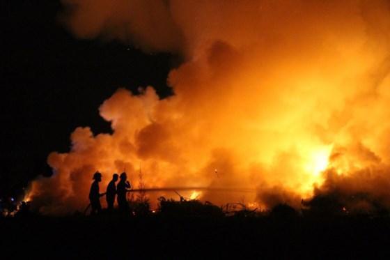Đám cháy lớn, khói bao trùm khoảng không gian rộng lớn