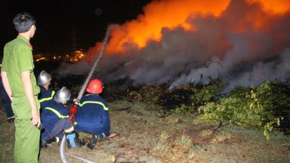 Lực lượng chữa cháy chuyên nghiệp phải mất gần 6 giờ mới dập tắt được đám cháy
