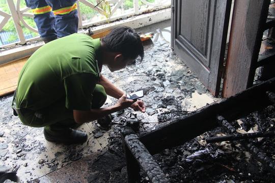 Cán bộ điều tra nguyên nhân vụ cháy