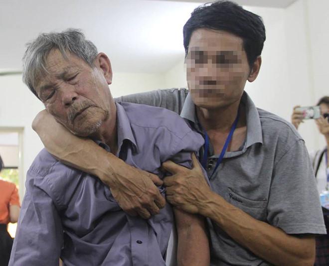 Bị cáo Nguyễn Danh Vĩnh nhiều lần gục xuống trước vành móng ngựa. Ảnh: Hoàng Cư.