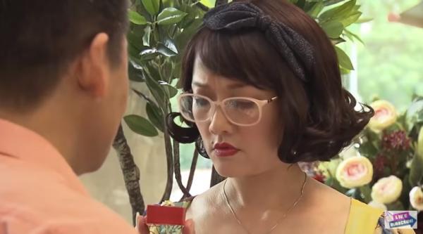 Bà Diễm bất ngờ được cầu hôn. (Nguồn: Cắt từ video)