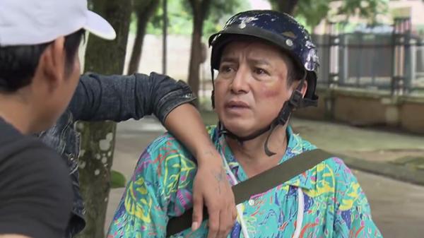 Ông Quang bị một đám người lạ mặt dùng vũ khí đe doạ. (Nguồn: Cắt ảnh từ video)