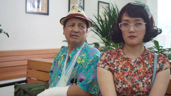 Ông Quang và bà Diễm trong bệnh viện. (Nguồn: Cắt từ phim)