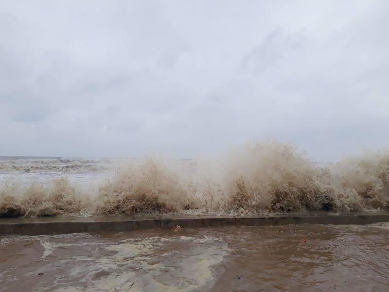 Những cơn sóng cao gần 10m tại bờ biển Thanh Hóa, đã tràn vào cả đường Hồ Xuân Hương (Thanh Hóa)
