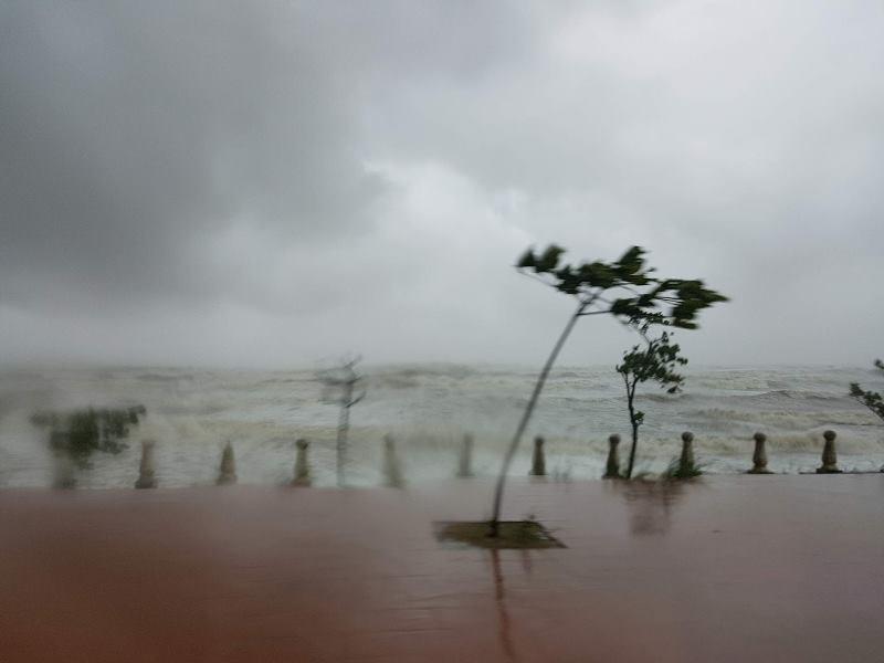 Nước biển tràn vào tận các con đường thành phố Thanh Hóa